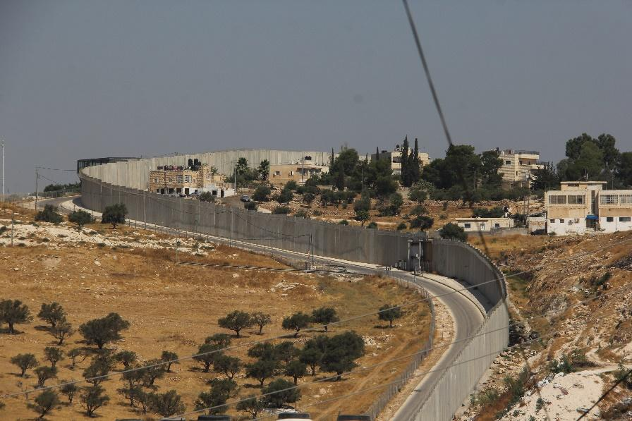 Muren som skiller Abu Dis fra Jerusalem og som palestinske må krysse for å jobbe i Israel.