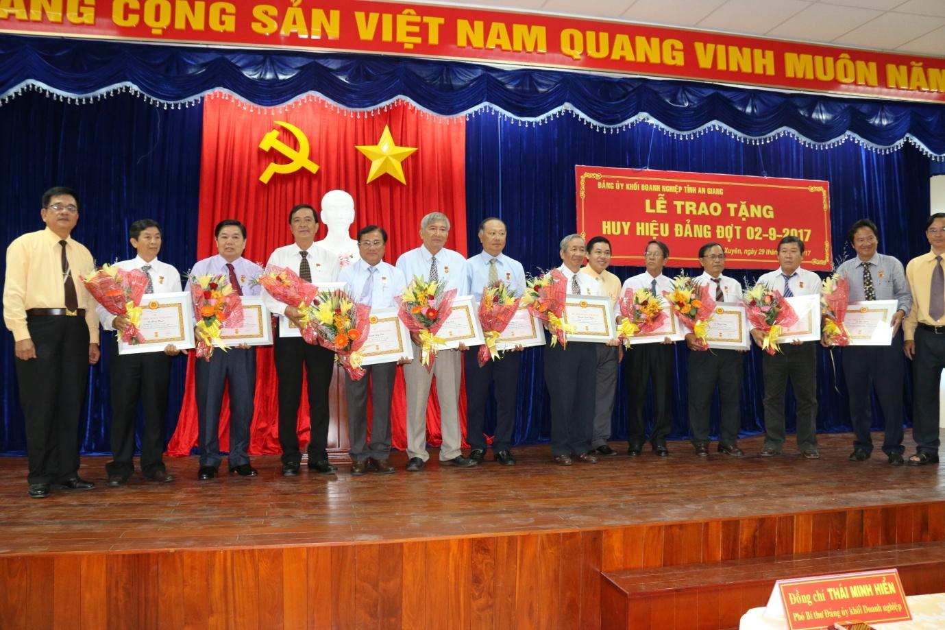 Description: 1. Đồng chí Lê Trung Hiếu - Bí thư Đảng ủy Khối Doanh nghiệp An Giang trao huy hiệu Đảng cho 11 đảng viên.JPG