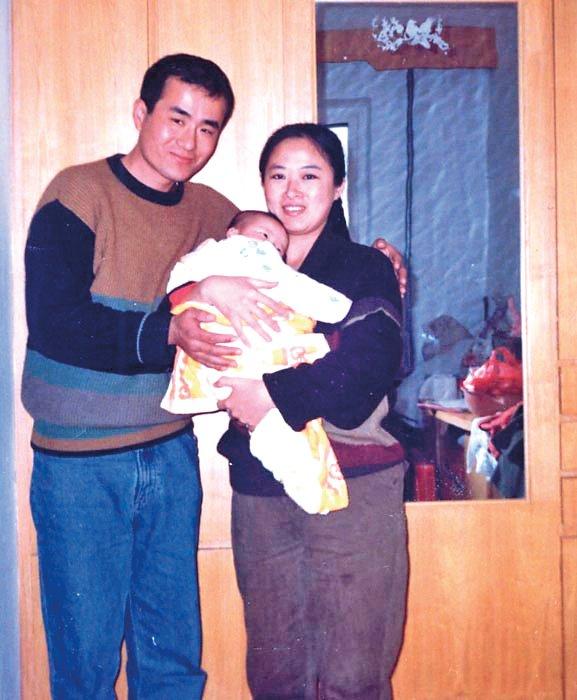 Một bức ảnh gia đình của ông Khúc Huy trước khi ông bị ngược đãi.