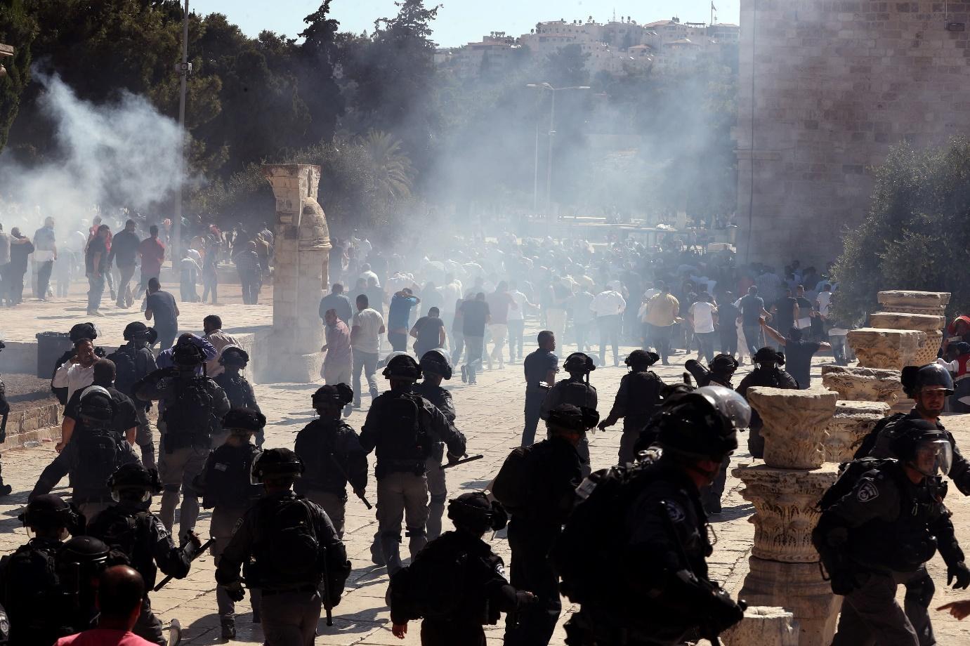 מיידים אבנים ומשליכים כיסאות: תיעוד המהומות בהר הבית   חדשות 13