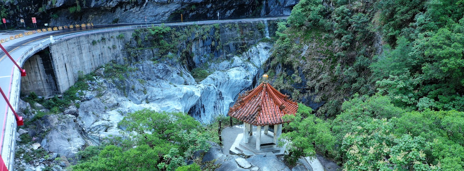 Cycling Wuling Pass East - Taroko Gorge, Liwu River, marble walls, roadway
