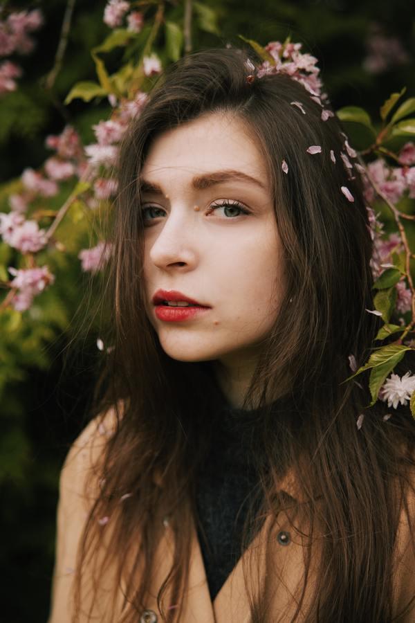 foto de uma mulher posando com flores