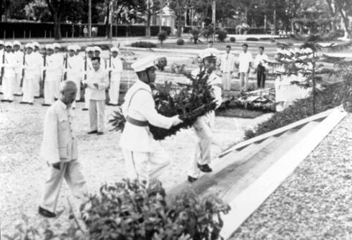 Description: Bác Hồ viếng nghĩa trang liệt sĩ. Ảnh tư liệu