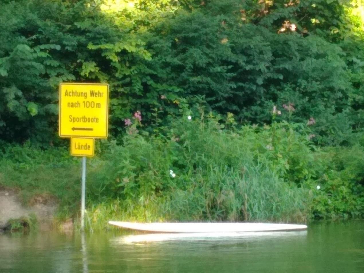 Ein Bild, das draußen, Wasser, Gras, Schild enthält.</p> <p>Automatisch generierte Beschreibung