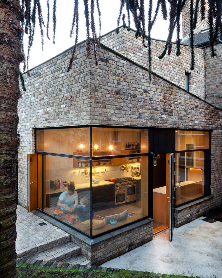 Jendela sudut untuk rumah minimalis untuk ruang belakang