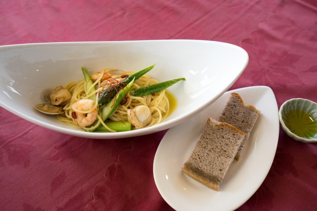 海老とアスパラのペペロンチーノ(ガーリック風味)  自家製フォカッチャ(深川産黒米(きたむらさき使用) エクルトラバージンオイルを添えて