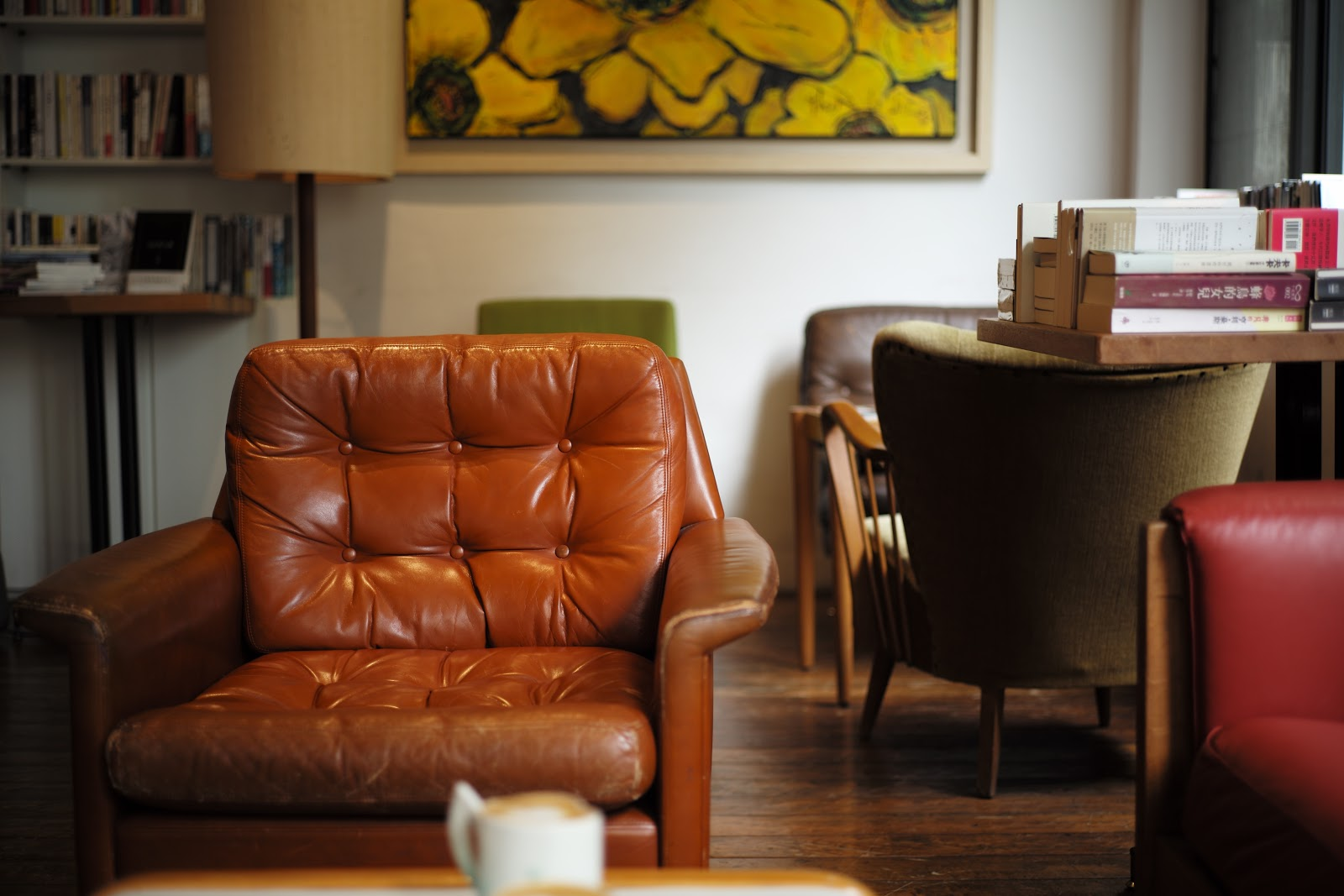 Tufted Brown Leather Armchair - sumber:www.unsplash.com