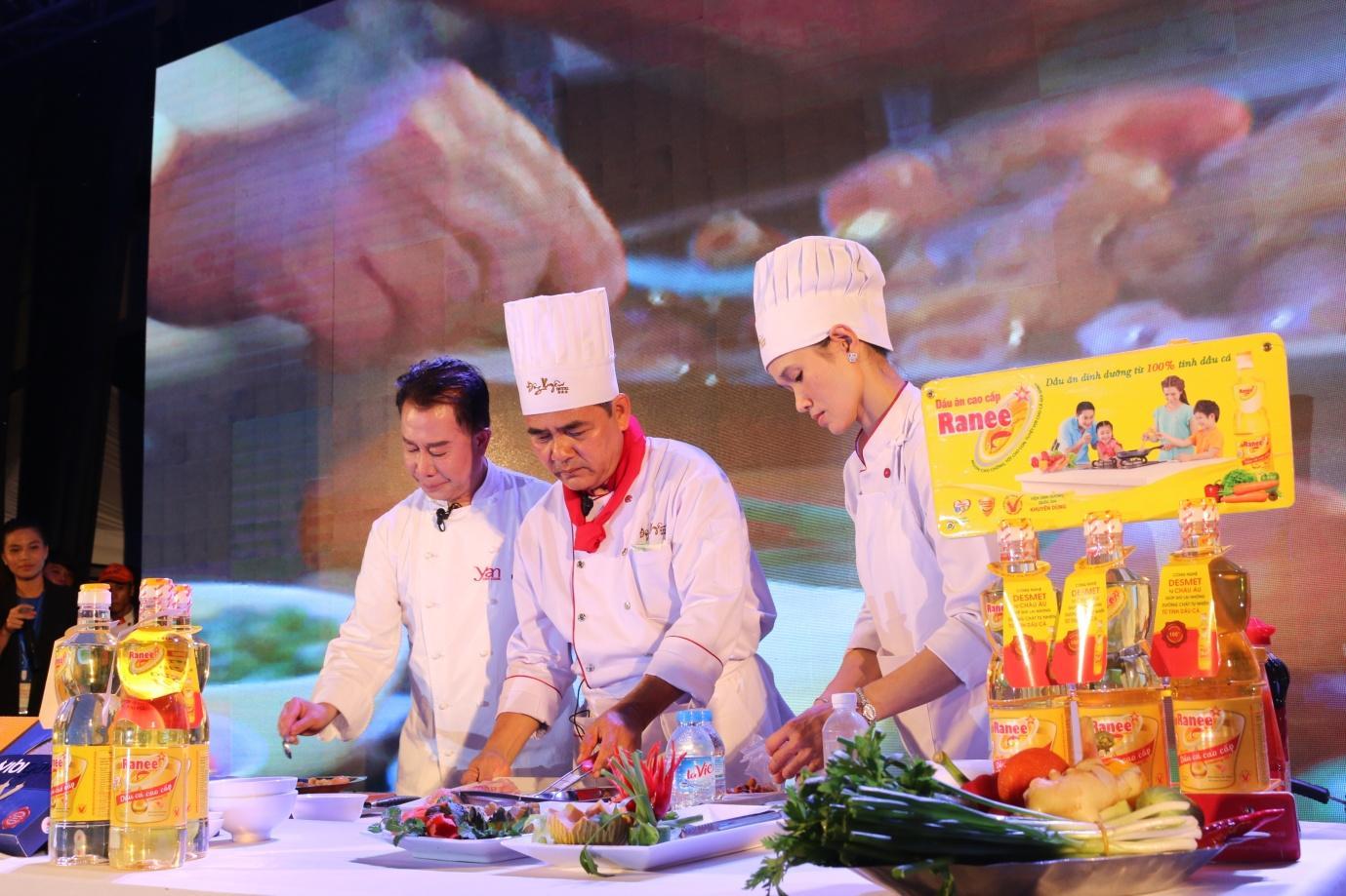 3.Vua Đầu bếp Marktin Yan cùng Đầu bếp Khách sạn Đông Xuyên trổ tài nấu ăn.JPG