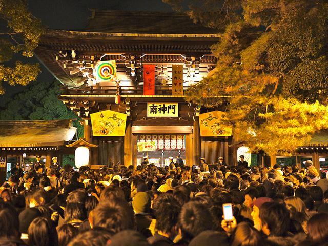 โชคดีตลอดปี! วัดและศาลเจ้าญี่ปุ่น ที่คนมาขอพรปีใหม่มากที่สุด - Chill Chill  Japan