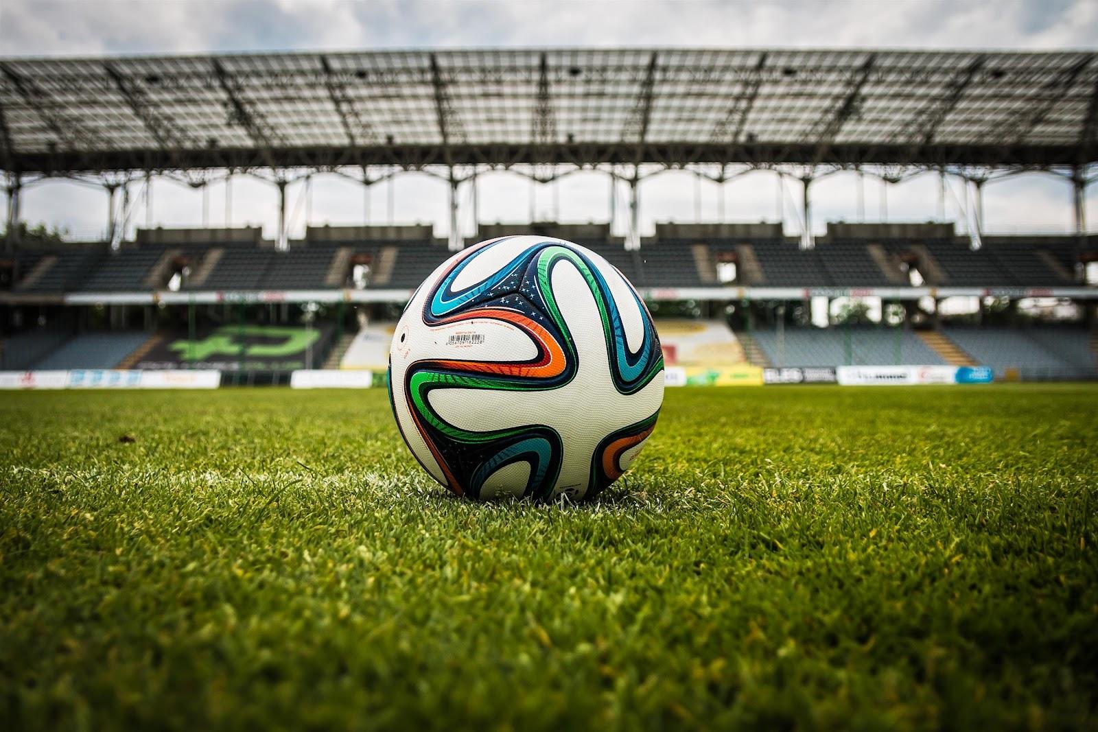 bola-de-futebol-no-relvado-em-grande-plano