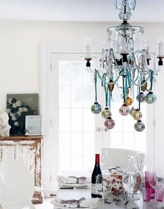 Декор люстры новогодними шарами или гирляндой 2