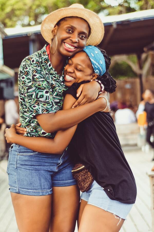 Duas amigas negras abraçadas
