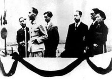Lễ đài Độc lập trên Quảng trường Ba Đình Hà Nội do kiến trúc sư Ngô Huy Quỳnh thiết kế năm 1945 (ảnh chụp lại)