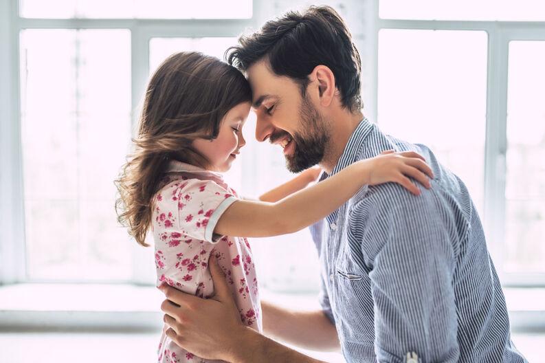 padre hija amor abrazo