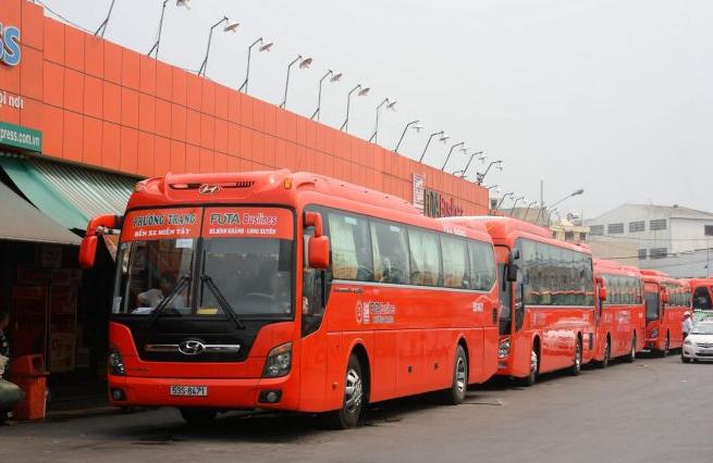 Bạn có thể di chuyển tới Đà Lạt bằng máy bay hoặc xe ô tô