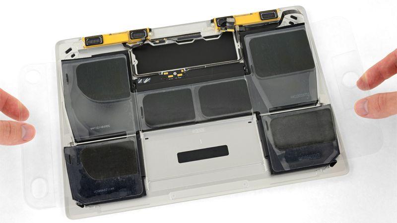 Tháo lớp nhựa trên cùng ra khi hoàn thành quy trình thay pin Macbook 12 inch
