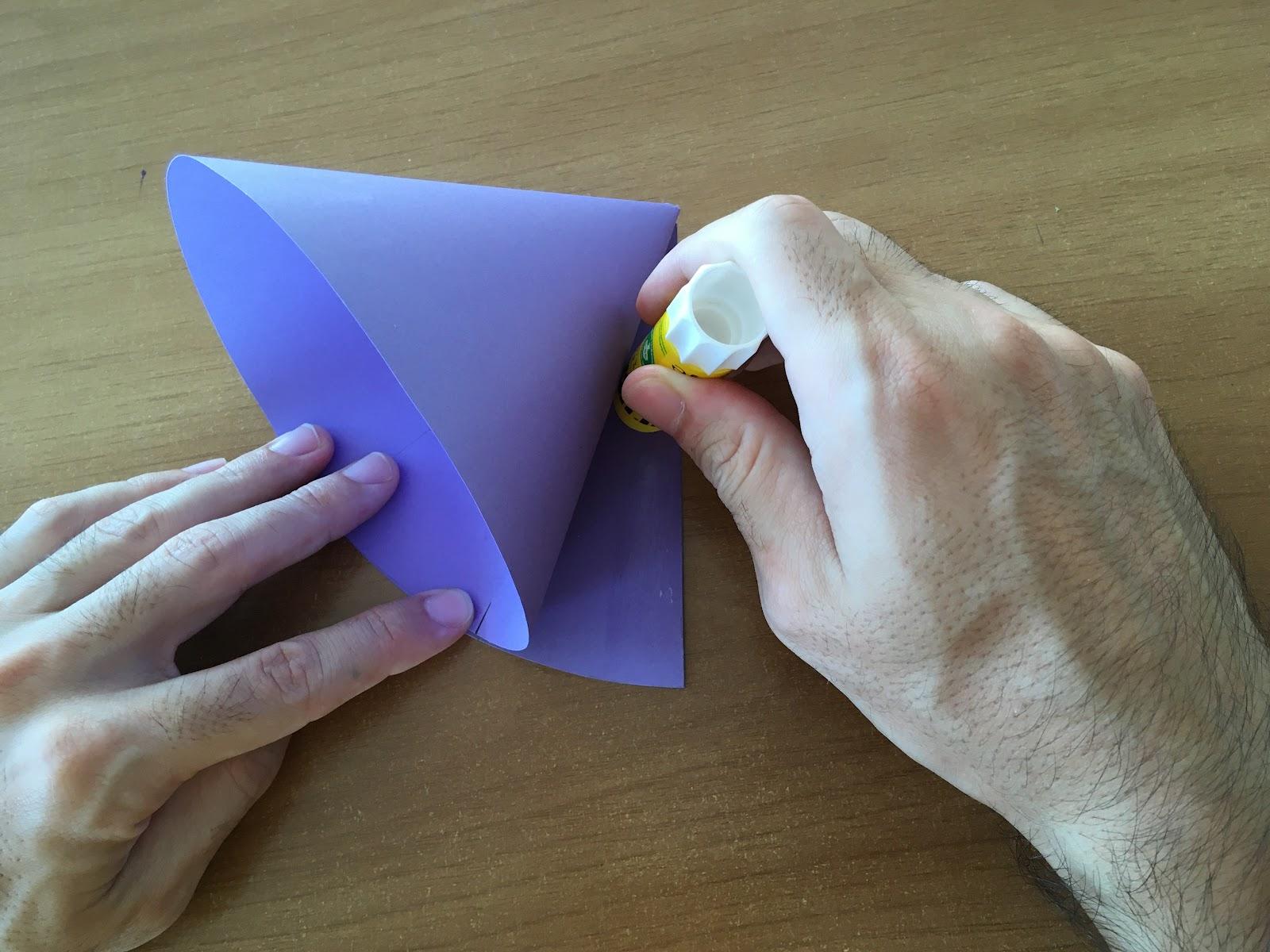 Aplicación de pegamento en la cara faltante para conformar el cono.