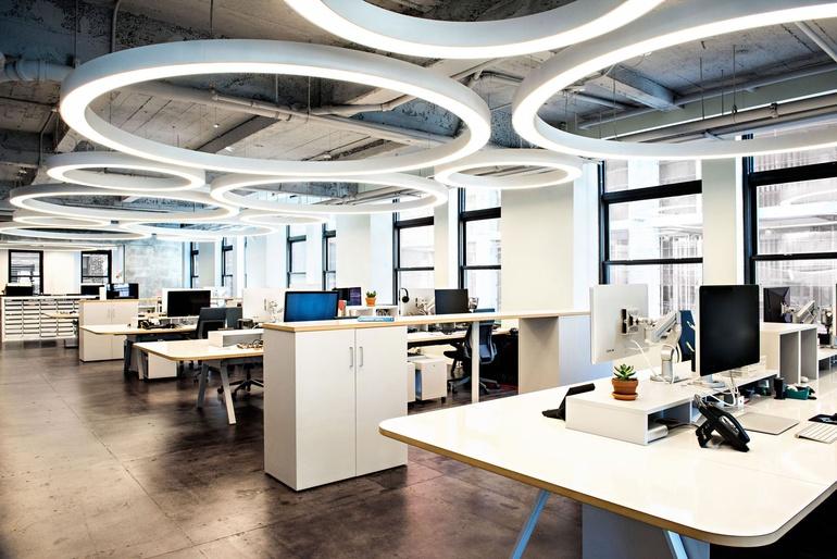 Nội thất văn phòng mang hình ảnh thương hiệu công ty vào trong thiết kế