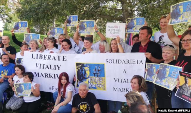 Громада українців під час акції на підтримку солдата і його родини, 14 жовтня 2019 року, Толентіно