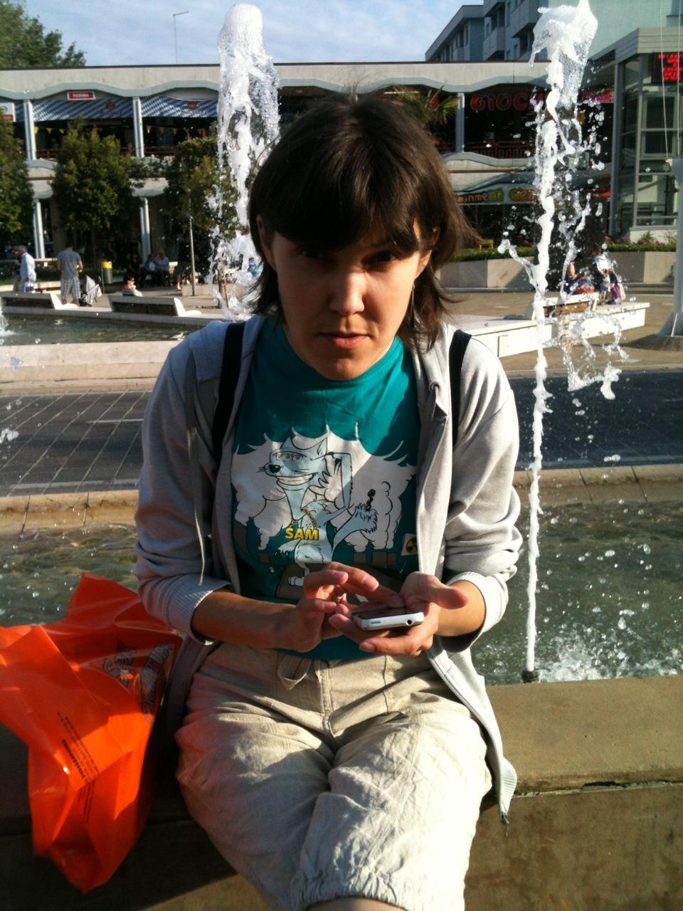 Ленка с мобильником