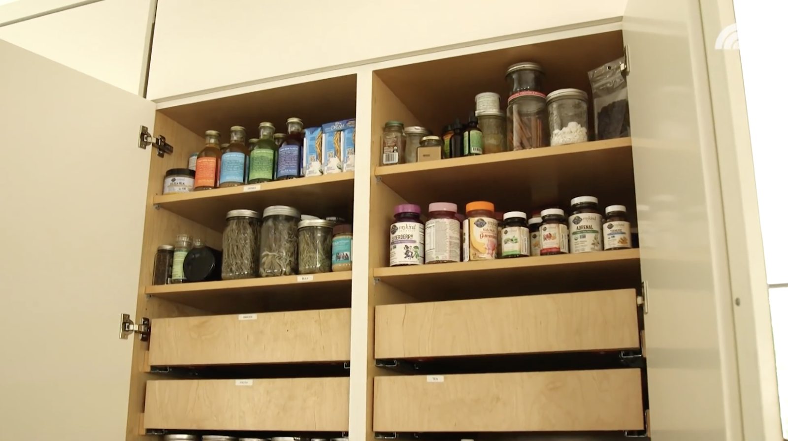 Pantry eco-friendly ala Alicia Silverstone - source: youtube.com/today