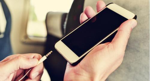 persona enchufando algo en su celular