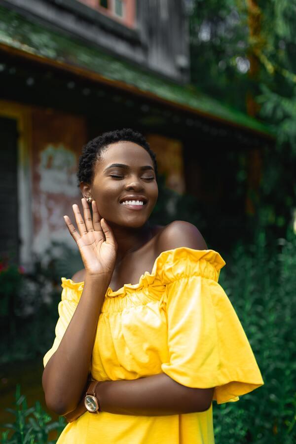 foto de uma mulher negra posando para a foto e sorrindo