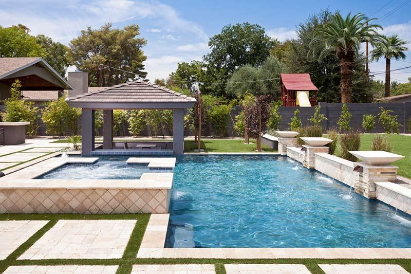 Bể bơi ngoài trời thiết kế đẹp mắt