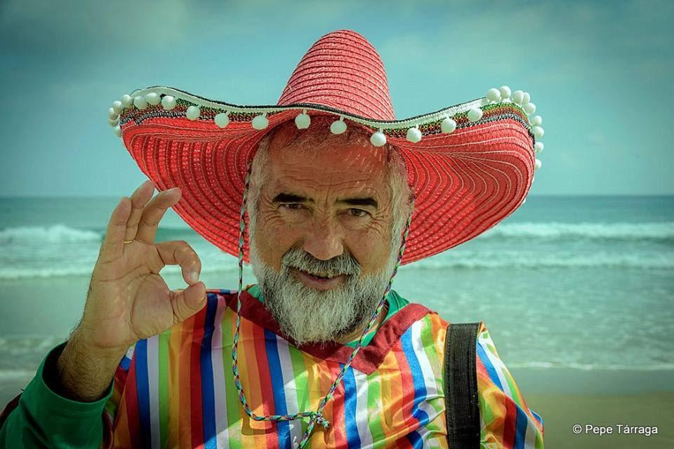 La imagen puede contener: una persona, sombrero, barba, océano y exterior