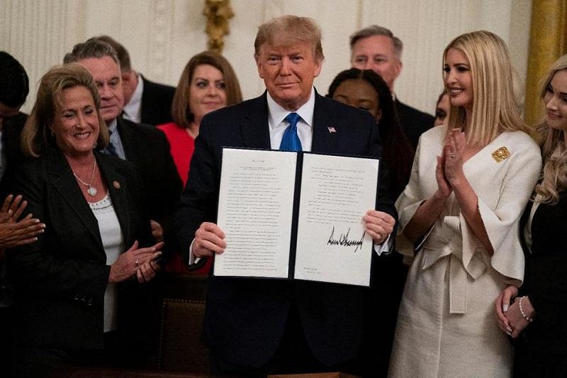 Tổng thống Donald Trump khoe sắc lệnh hành pháp chống nạn buôn người tại Nhà Trắng, vào ngày 31/1/2020.