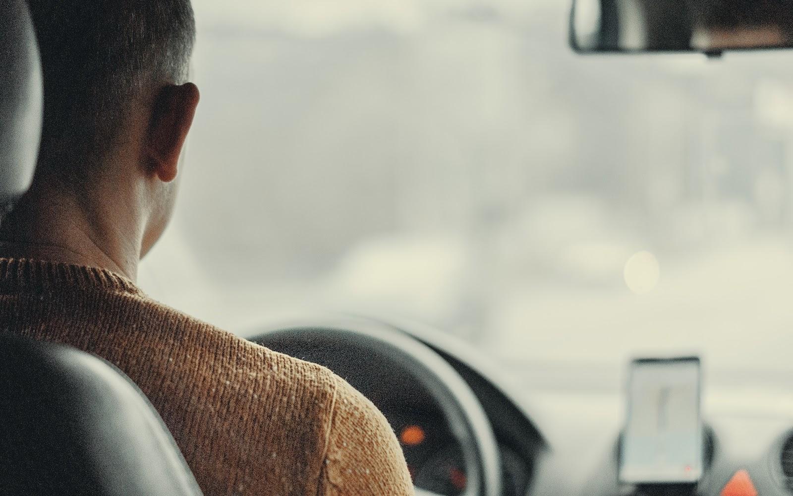 Motorista dentro do carro em um dos tipos de uber.