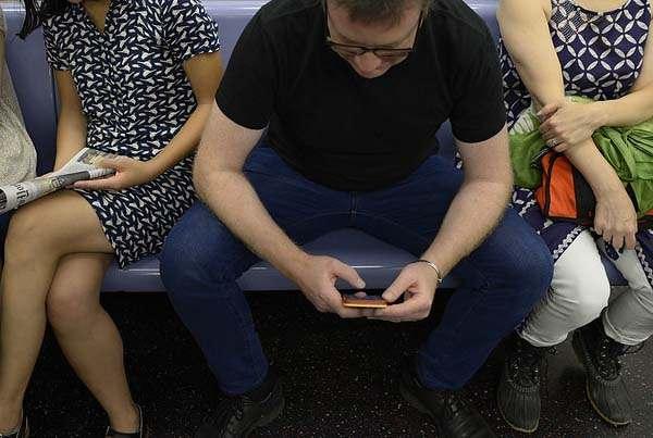 Homme assis jambes ouvertes, entouré par deux femmes aux jambes serrées.
