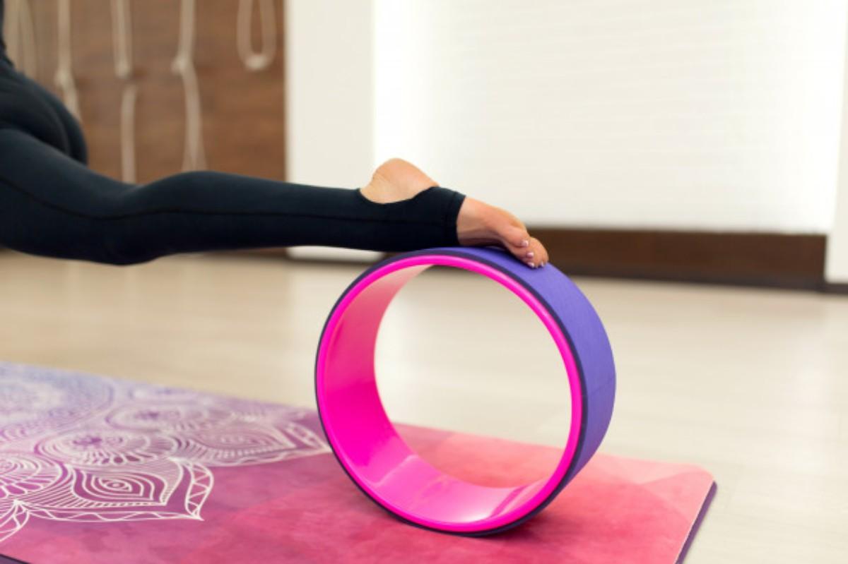 posiciones usando una rueda como accesorios de yoga