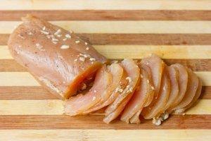 По прошествии суток мясо готово — нарезаем его как можно тоньше и подаём к столу в качестве закуски или выкладываем на бутерброды.