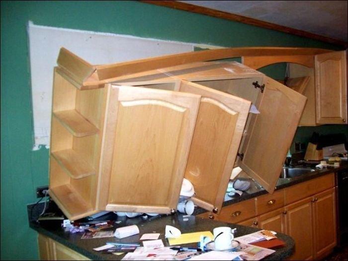 Instalarea necorespunzătoare a dulapurilor în bucătărie poate duce la astfel de consecințe.