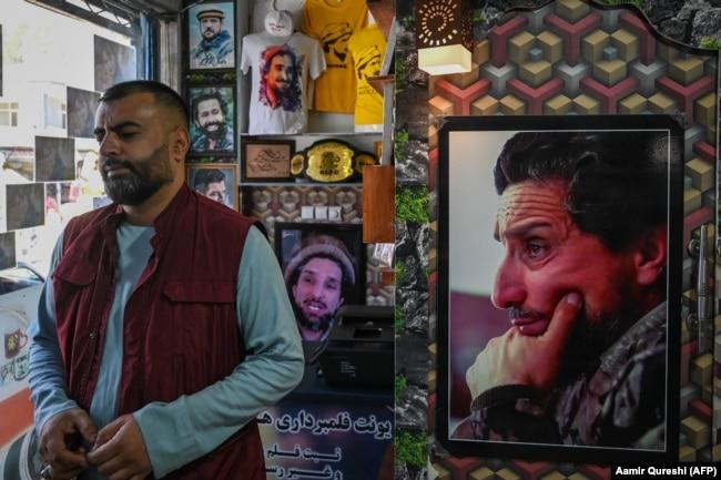 Портреты Ахмада Шаха Масуда и его сына Ахмада Масуда (на заднем плане) в одном из магазинов Кабула. 8 сентября 2021 года
