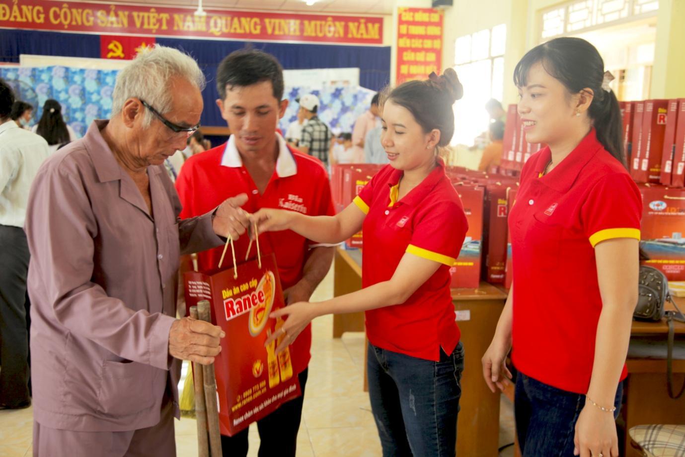 Description: Những món quà ý nghĩa được nhân viên Sao Mai trao tận tay các hộ gia đình.jpg