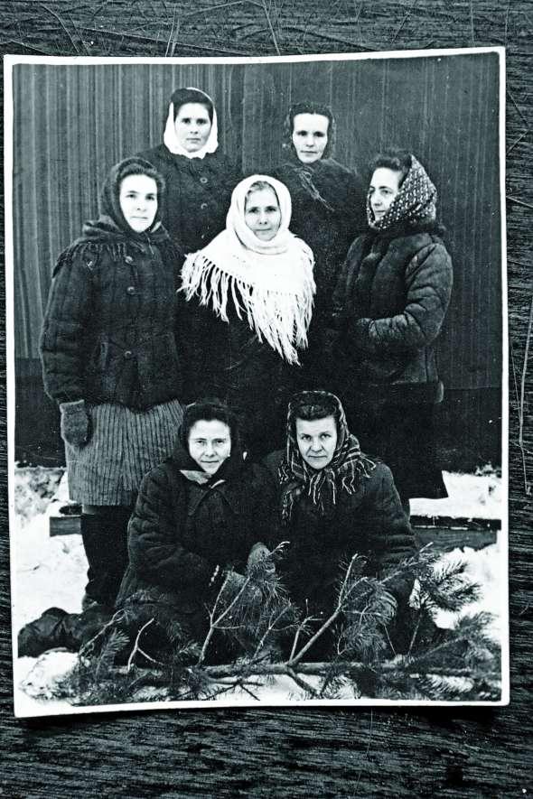 Олена Андрущак сидить праворуч унизу зподругами під час заслання вМордовії 1956 року. Працювала там нашвейній фабриці