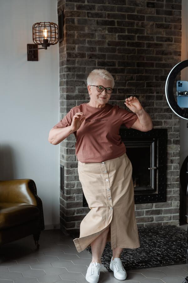 Foto descontraída da avó dançando