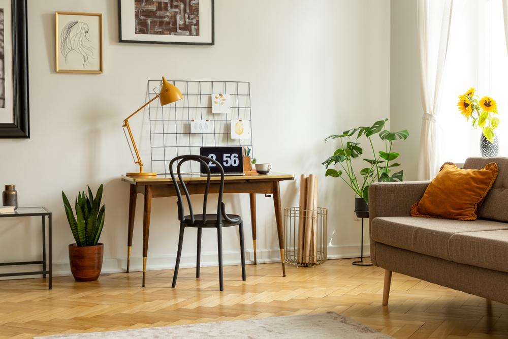 Um cantinho de home office na sala.