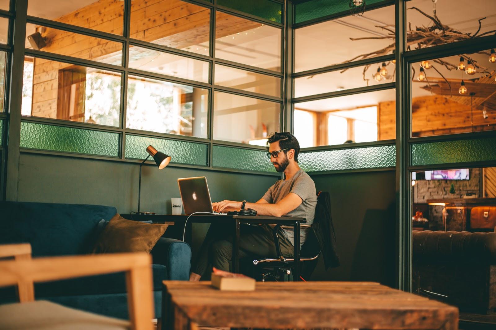 """Workation: una tendencia a través del desarrollo de una modalidad de trabajo que incluye experiencias turísticas, fusionando así los ámbitos de """"work"""" y """"vacation"""""""