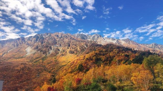 山の景色  自動的に生成された説明