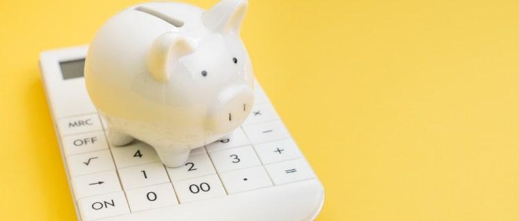 担保の計算をするための電卓と貯金箱