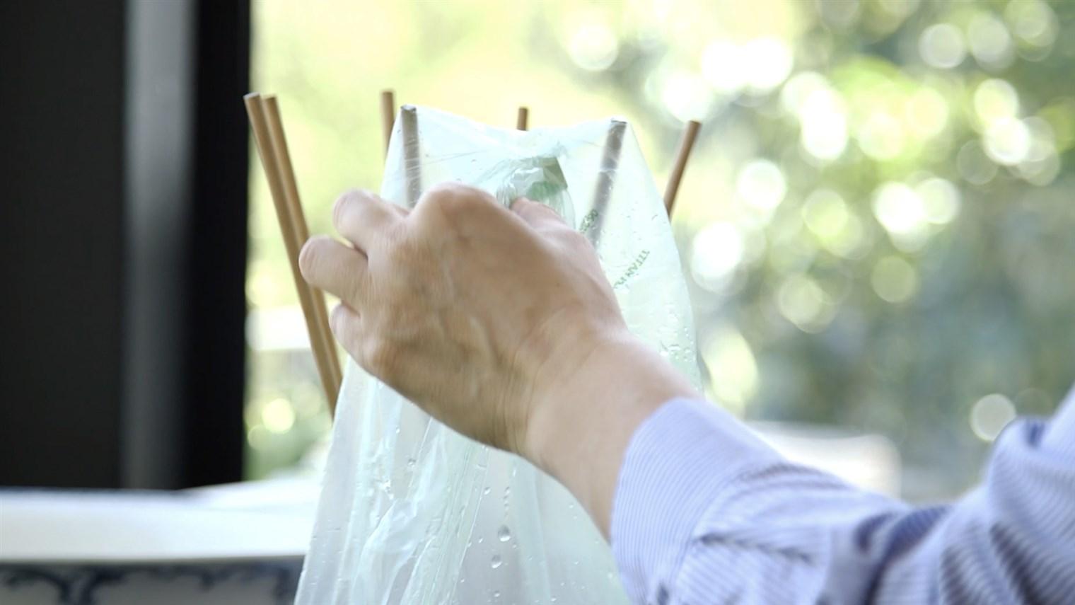Alicia mencuci dan mengeringkan kantong plastik untuk digunakan kembali - source: today.com