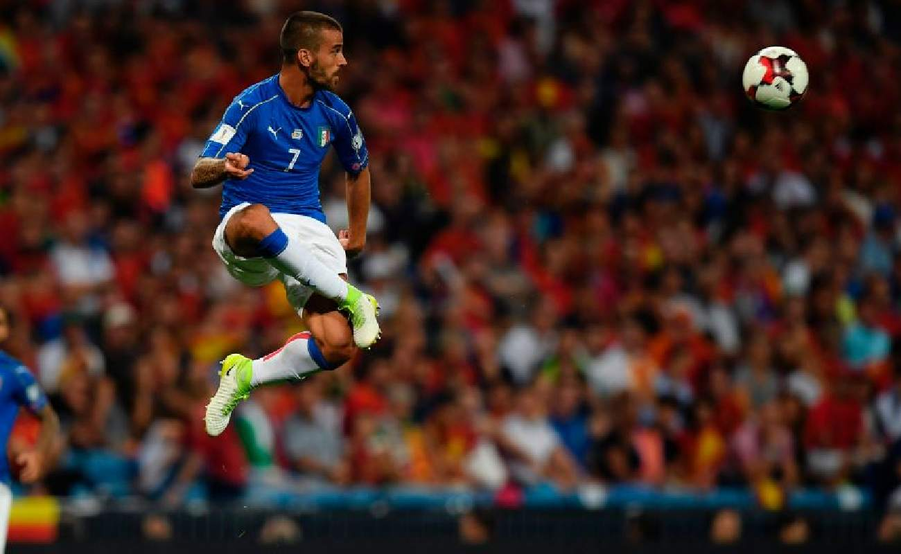 Alt: Leonardo Spinazzola of Italy takes the ball in mid-air - Photo credit GABRIEL BOUYS/AFP via Getty Images