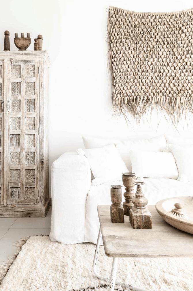 Sofa berbahan linen pada ruang tamu bergaya tropical - source: pinterest.com