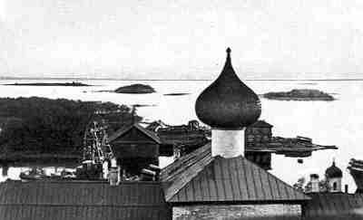 Вид с крыши Преображенского собора на бухту Благополучия. Луковица Благовещенской (музейной) церкви. 1928 г.