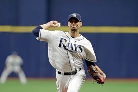 Jugador de beisbol lanzando una pelota de béisbol  Descripción generada automáticamente