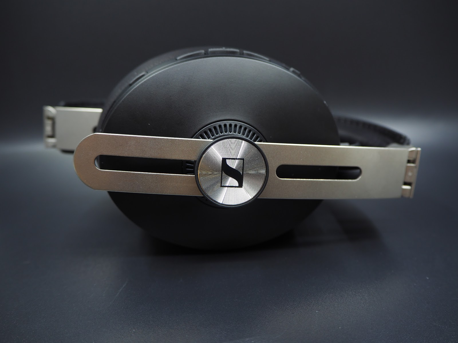 The side metal bar is the signature of MOMENTUM headphones