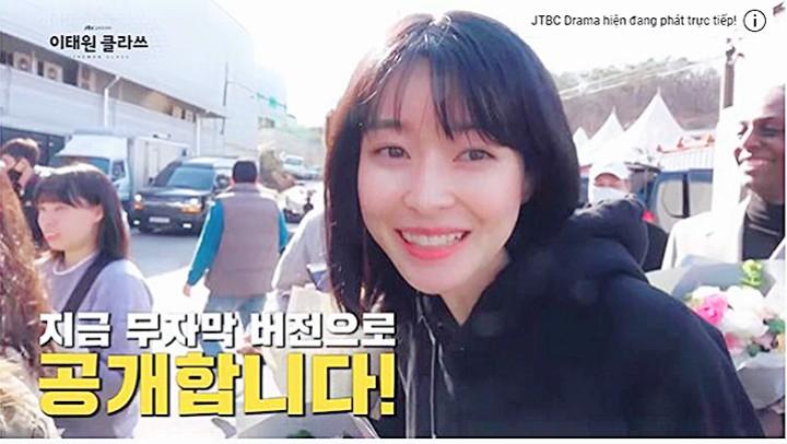 Kwon Nara hồn nhiên reaction cảnh tình tứ của Park Seo Joon và tình địch ở hậu trường Tầng Lớp Itaewon, hơi kì nha! - Ảnh 2.